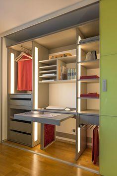 Die platzsparrende Lösung fürs Homeoffice und der perfekte Arbeitsplatz bei Ihnen Zuhause. Wir holen auch bei wenig Platz immer das beste aus den Ecken ihres Zuhauses. Hier mit einem Arbeitsplatz den man schnell verschwinden lassen kann und jeder Menge Stauraum. Jeder Einbauschrank von AUF & ZU ein Unikat, bei dem viel Wert auf Qualität gelegt wird. Closet, Home Decor, Stuff Stuff, Organizers, Organize, Hidden Desk, Walk In Wardrobe Design, Closet Storage, Bedroom