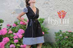 Très rétro, une robe portefeuille en popeline de coton avec petites manches.    Jeux de plis sur les manches, sur les pans de la robe et dans le dos.