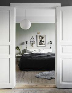 Fina dubbeldörrar! Väggen är målad i NCS-kulören S 3005-G20Y. alltihemmet.se Foto: Kristofer Johnsson Styling: Jasmina Bylund