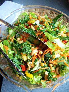 Thai winter salad with garlic and honey sauce – a squirrel in the m … – Salad… – Salade Salades Composées Salades Nederlands Salad Dressing Recipes, Salad Recipes, Salate Im Winter, Chilis Menu, Macarons, Raw Food Recipes, Healthy Recipes, Chili Sauce Recipe, Asian Snacks