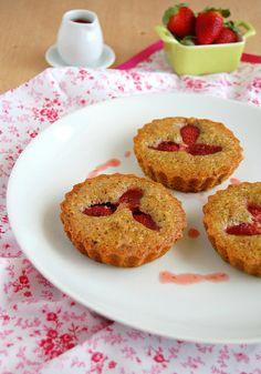 Strawberry, pistachio and orange cakes / Bolinhos de laranja, pistache e morango by Patricia Scarpin, via Flickr