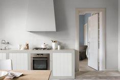Opter pour une peinture cendrée et adoucir la cuisine.