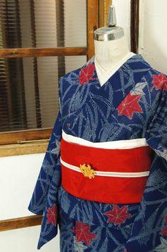 瑠璃紺色の地に、わずかにグレーをおびて見える憂いのある白で浮かび上がる尾花と、色づく紅葉が涼やかに織り出された紗の夏着物です。 #kimono