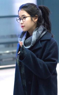 how to achieve these looks…. Glasses Outfit, Cute Glasses, Cute Girls, Cool Girl, Pretty Girls, Kdrama, Queen Pictures, Hair Reference, Mermaid Hair