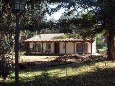 Casas de estilo rústico por Grupo E Arquitectura y construcción Shed, Outdoor Structures, Cabin, House Styles, Plants, Home Decor, Outdoor Garden Decor, Gardens, Cottage Style Homes