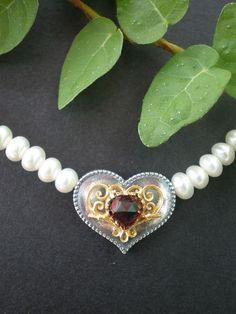 Trachtenschmuck Perlenkette: Silberherz mit Perlen gefädelt auf ca. 42 cm Gesamtlänge. Steingröße des Granats 5x5 mm herzförmig. Schmuck Design, Pearl Necklace, Jewelry Design, Pearls, Diamond, Jewellery, Filigree Jewelry, String Of Pearls, Beaded Jewelry