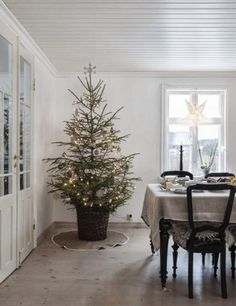 Yellow house on the beach: Beautiful Christmas home