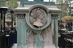 Bas relief de Mireille sculpté par férigoule sur le socle de la statue de Mistral sculptée par Théodore Rivière à Arles