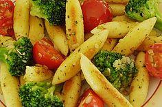 Goldgelbe Schupfnudeln mit Brokkoliröschen und Cherrytomaten