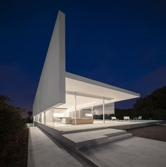 Modern villa located in Valencia, Spain, recently designed by Fran Silvestre Arquitectos. Minimalist Architecture, Concept Architecture, Contemporary Architecture, Architecture Design, Architecture Artists, Exterior Tradicional, Stunning View, Beautiful Homes, Modern Design