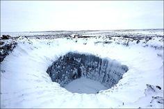 """Os cientistas utilizaram equipamentos de escalada para alcançar a base da cratera, composta por um lago com pelo menos 10,5 metros de profundidade de superfície congelada. Localizada na província de Yamal, que na língua local significa """"fim do mundo"""", a cratera já ficou conhecida como o """"buraco do fim do mundo"""".  Fotografia: Reprodução/Vladimir Pushkarev/The Siberian Times."""