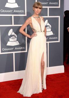 Taylor Swift veste  J. Mendel. Grammy Awards, vestido off white fluido com fenda e decote.