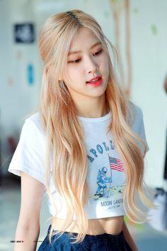 """look how beautiful she is cr. Blackpink Fashion, Korean Fashion, Fashion Looks, Blackpink Airport Fashion, Foto Rose, Tube Top, Black Pink Kpop, Rose Bonbon, Blackpink Photos"