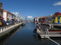 O que fazer em Aveiro, Portugal: roteiro de 1 dia | 360meridianos Trips, 1, Screenwriting, Porto, Boats, Traveling, Travel