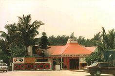 A沖縄アーカイブス VOL.16 A沖縄は2000年代、さらに直営店7店を開設し、直営9店、FC1店を閉館、大胆なスクラップ&ビルドの展開を行いました。これにより店舗網は合計19店舗となりました。このうちドライブイン方式は5店、FC(法人)運営は3カ所となりました。商店街の衰退(コザ地区)などの環境変化に対応し、独自の店舗網を再構築することに成功したのです。 この再構築の中で、Aは沖縄だけのファーストフードであり、またノスタルジックなアメリカを象徴するお店として、フランチャイズのノウハウを着実に手に入れることができたのでした。 次回のA沖縄アーカイブスをお楽しみに♩