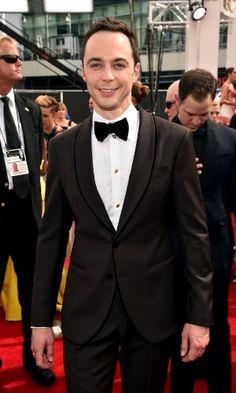 """Jim Parsons, da série """"The Big Bang Theory"""", passa pelo tapete vermelho da 66ª edição do Emmy Awards, que acontece em Los Angeles Getty Imag..."""