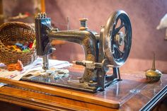 Sewing for Beginners – Free Sewing Machine Instructions Best Embroidery Machine, Machine Embroidery Projects, Brother Sq9000, Singer Facilita, Featherweight Sewing Machine, Blog Couture, Antique Sewing Machines, Embroidery Techniques, Sewing For Beginners