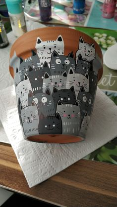 DIY - my Silvercrest Lidl sewing machine cover - Little cats painted on flower pots The Effective Pictures We Offer You About garden inspiratie A q - Cat Crafts, Diy And Crafts, Crafts For Kids, Arts And Crafts, Clay Pot Crafts, Resin Crafts, Resin Art, Painted Flower Pots, Painted Pots