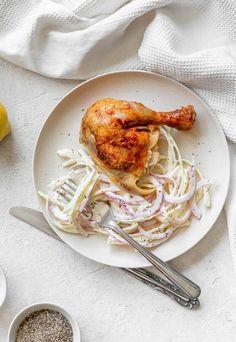 16 onces de poulet rôti 7 onces de  chou vert 1/2 oignon moyen 1/2 tasse de mayonnaise 2 cuillères à café de jus de citron Sel et poivre au goût