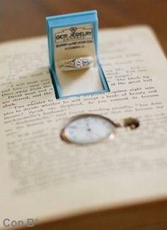 Propuesta de matrimonio en un libro