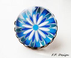 Hier biete ich einen wunderschönen Glasring in Bronze,mit blau-weißem Blumenmuster. Ring ist verstellbar.     Durchmesser: 25mm    *Die passende Kette