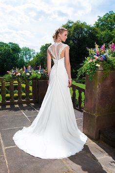 Deze jurk van Sincerity heeft een hele bijzondere maar vooral mooie kanten rug!
