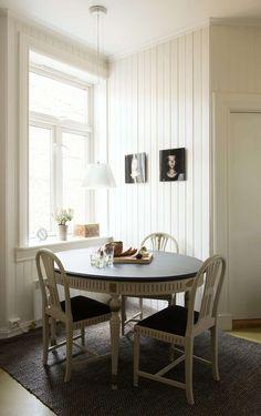SPISEKROKEN: Også kjøkkenet er holdt i svart, hvitt og derimellom. Møblene er i gustaviansk stil. Portrettbildene på veggene er ambrotypier (hyppig brukt teknikk på midten av 1800-tallet) av Ellens to barn, signert Mathias Olmeta.