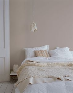 ALTROSA as a wall paint brings comfort. # COLOR # wall color # interior sleep ideen farben altrosa grau ALTROSA as a wall paint brings comfort. # COLOR # wall color # interior … … sleep - home decorasyon Warm Bedroom Colors, Pink And Beige Bedroom, Beige Walls Bedroom, Pastel Bedroom, Soothing Colors, Soft Colors, Home Bedroom, Bedroom Decor, Bedroom Ideas