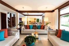 Cores e espaços integrados na casa de praia