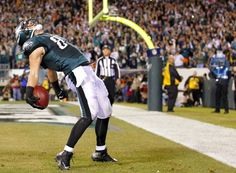 Brent Celek of the Philadelphia Eagles celebrates after making a catch in the end zone for a touchdown against the Chicago Bears in the firs...