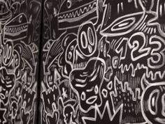 Toile murale tendue noire et murs chromés