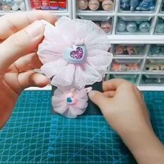 Paps e Moldes de Artesanato [Video] Diy Lace Ribbon Flowers, Ribbon Flower Tutorial, Cloth Flowers, Diy Ribbon, Paper Flowers Diy, Ribbon Crafts, Handmade Flowers, Fabric Flowers, Ribbon Work