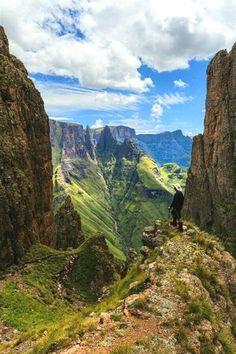 The Drankensberg mountains in South Africa.  South Africa Photography  Zugang zu unserem Blog finden Sie viel mehr Informationen   https://storelatina.com/southafrica/travelling #africadelsur #SouthAfrica #Africadosul