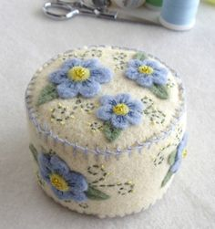 Forget me nots on a small pincushion or pin keep. Handmade Christmas Decorations, Felt Decorations, Felt Embroidery, Felt Applique, Felt Crafts, Fabric Crafts, Felt Pincushions, Needle Book, Needle Case