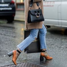 Rain Can't Hold Back the Best of Stockholm Street Style Photos W Magazine Stockholm Fashion Week, Stockholm Street Style, Look Fashion, Fashion Photo, Street Fashion, Jw Anderson Bag, Fashion Gone Rouge, Winter Stil, Casual Winter Outfits