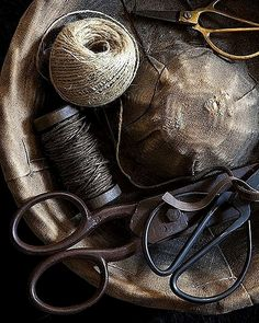 bowl of vintage thread twine and scissors Couture Vintage, Scandinavia Design, Vintage Sewing Notions, Sewing Baskets, Sewing Tools, Sewing Kit, Hand Sewing, Sewing Tutorials, Sewing Ideas