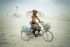 French photographer Victor Habchy went to the Burning Man festival in 2014, in the Black Rock desert in the Nevada. He came back with nutty pictures, like the event, which reunite every year dozens thousands of people from all around the World.