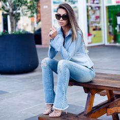 Sempre gostei, mas essa semana entrei total na vibe dos looks jeans com jeans!  Escolhi camisa e calça jeans  pro look do dia de hoje e acabei percebendo que eu não me canso jamais dessa combinação... Quem aí aí também curte ?? Instagram: @decoresaltoalto
