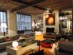Un loft original composé d'oeuvres contemporaines, piano à queue accordé, plafond en briques et poutres métalliques apparentes