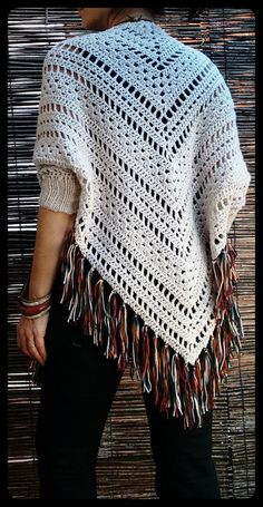 Gotta try this for the fall of Bo-M: Xaile Acasacado Cru com franjas mescladas em cores do Outono Poncho Au Crochet, Crochet Patron, Crochet Diy, Crochet Poncho Patterns, Crochet Shawls And Wraps, Crochet Jacket, Crochet Woman, Crochet Scarves, Crochet Clothes