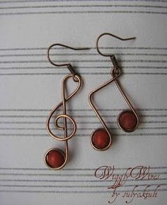 Wiggly Wires by sulyokjuli: Zene füleimnek - cute a treble clef and music note pair of earrings! #bisuteria #bisuterias #bisuteriafina #guatemala