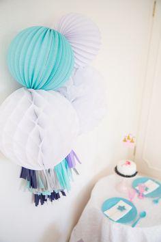 Anniversaire de petite fille inspirée par La Reine des Neiges -- Frozen inspired Girl's birthday party  Paper lanterns