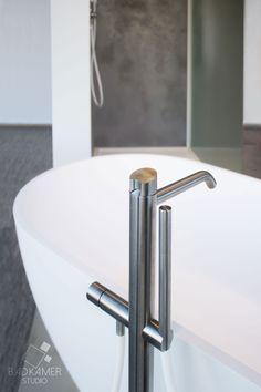 Maatwerk badkamer waarbij gebruik is gemaakt van Beton-Ciré (Micro-Beton) op muren en vloer. Hierdoor krijgt de badkamer een mooie betonlook. De badkamer is voorzien van een eiken badmeubel, een Solid Surface ligbad en wasbak. Daarnaast zijn ook RVS CEA kranen en een speciale RVS design inbouw douche gebruikt. De handdouche en het toilet zorgen voor de witte details die de badkamer iets extra's geven #badkamerstudio #badkamerstudiobreda #badkamerstudioutrecht