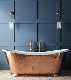 Bold and eye-catching, freestanding tubs are a statement making make centerpiece for any master bathroom. They add a sense sophistication and luxury and create a relaxing retreat to enjoy at the end of a long day.  Learn how you can add a free standing tub to your home with the help on an Infinity Drain. Copper Tub, Copper Bathroom, Hammered Copper, Pure Copper, Concrete Bathroom, Bathroom Faucets, Washroom, Dream Bathrooms, Beautiful Bathrooms