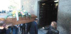 Alle 11 di questa mattina, nella chiesa di San Vincenzio in Prato, a Milano, più di 500 persone si sono ritrovate per un ultimo saluto  http://tuttacronaca.wordpress.com/2013/10/26/lultimo-spettacolo-laddio-di-milano-a-zuzzurro/
