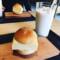 北野白梅町駅にあるカフェ「ノットカフェ」。今、ここにある「だし巻きサンド」がとにかく厚い、と話題になっています。見た目のインパクトだけなく、味も確かなサンドイッチと、その他の人気メニューについても探ってみました。 Hamburger, Sandwiches, Lunch, Bread, Kyoto, Food, Summer, Travel, Gourmet