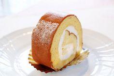 11月24日の得する人損する人で放送されたサイゲン大介による「堂島ロールケーキ」の再現レシピをご紹介します! 生クリームに植物性のクリームと練乳を加えることでぐっとミルキーになり、生地にマヨネーズと片栗粉を混ぜて焼くことで簡単にふわふわの生地にすることが出来ます。