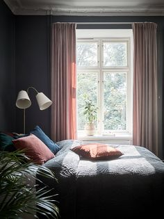 Dark studio with vintage touches Bedroom Inspo, One Bedroom, Scandinavian Interior Design, Decoration, Beautiful Places, Curtains, Inspiration, Nighty Night, Home Decor