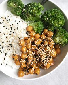 Orange chickpeas (or tofu) with broccoli and rice - Plant Based Jane