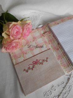 Carnet cartonnage brodé aux points de croix sur du lin. 1 fil 1/1. Tissu fleurs roses. Notebook embroidery cross stitch linen pink